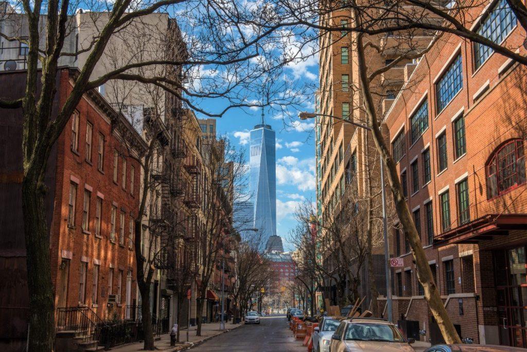 Pohled na budovou One World Trade Center ze čtvrti SoHo.