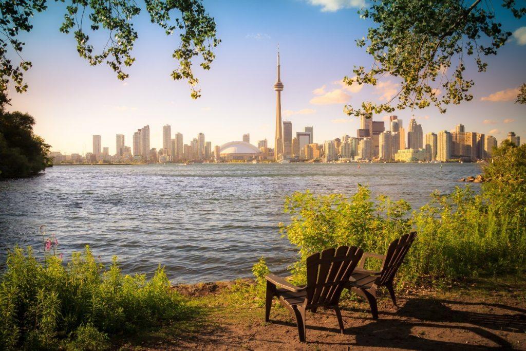 Výhled z Toronto Island na město během západu slunce.