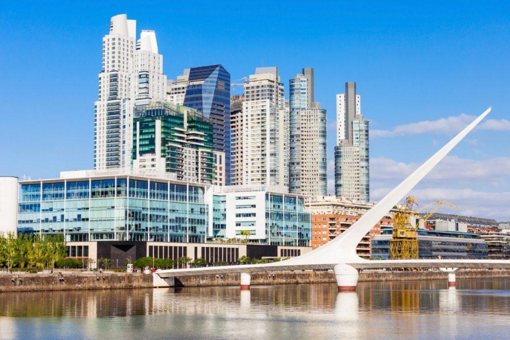 Moderní čtvrť Puerto Madero v Buenos Aires se pyšní jednou technickou lahůdkou - je to most Puente de la Mujer.