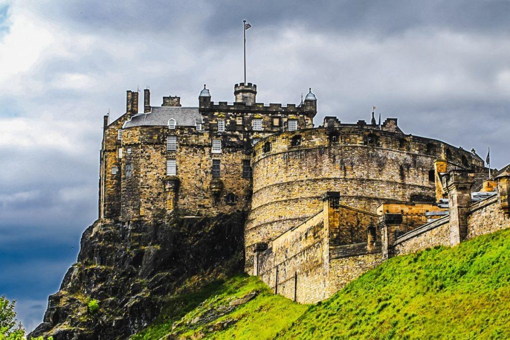 Edinburský hrad se tyčí na skále nad městem.