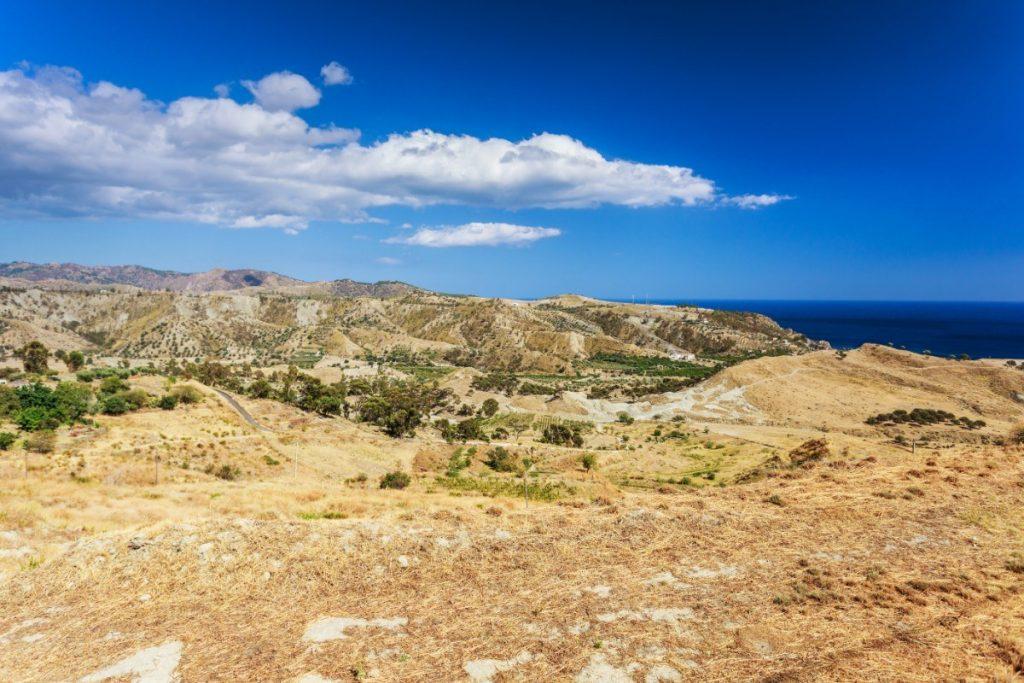 Typická vyprahlá krajina v horách Kalábrie.