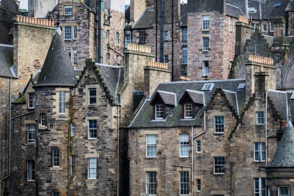 Pohled na typické kamenné domy v Edinburghu.