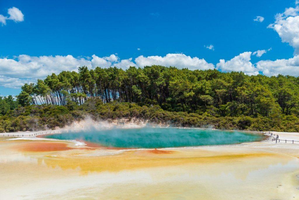 Vroucí voda jezírka Champagne v geotermálního parku Wai-O-Tapu.