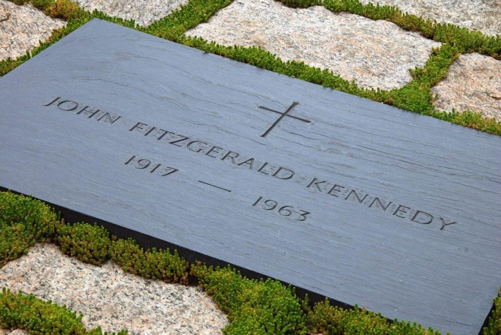 Náhrobek prezidenta Kennedyho na Arlingtonském hřbitově ve Washingtonu.