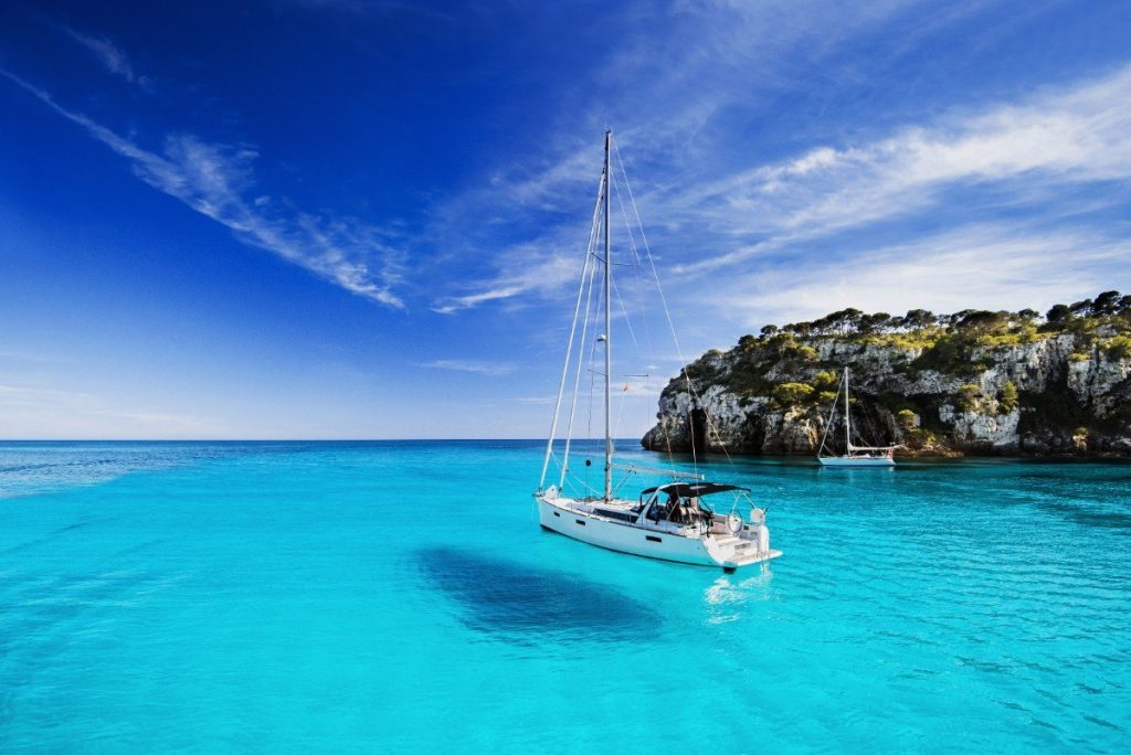 Koupání v tyrkysovém čistém moři je na Menorce opravdovým zážitkem.