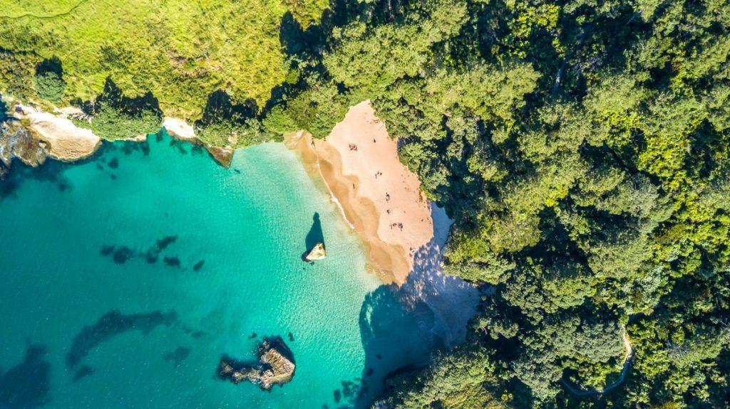 Divoká opuštěná pláž na poloostrově Coromandel.