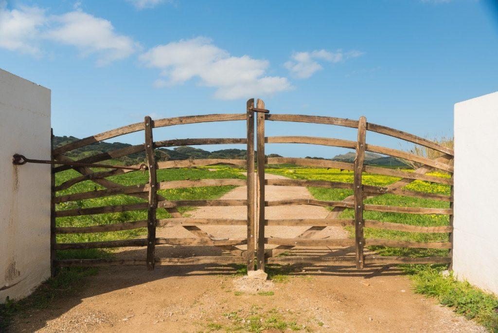Typická vrata, která ohraničují soukromé části historické stezky Camí de Cavalls na Menorce.