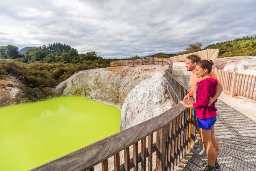 V geotermálním parku Wai-O-Tapu hýří příroda barvami.