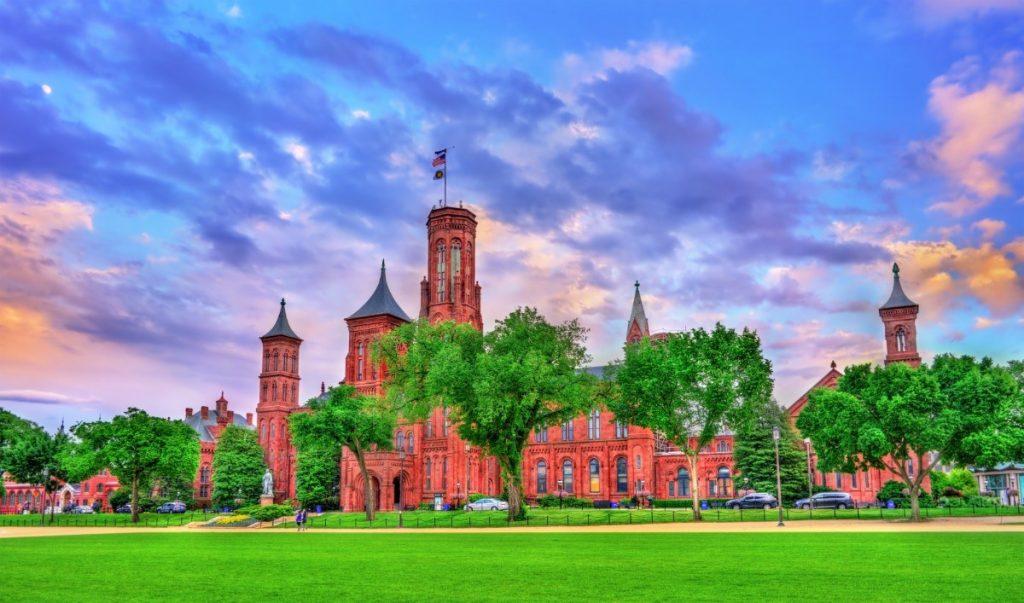 Impozantní budova Smithsonian Castle ve Washingtonu.