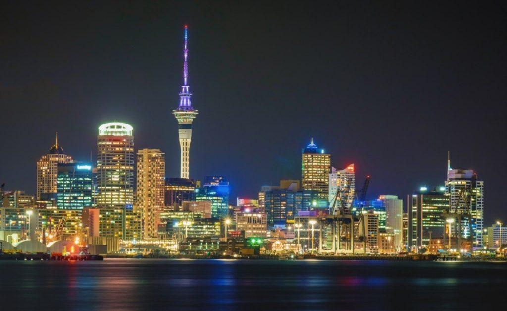 Panoramatu Aucklandu vévodí jeho největší dominanta - věž Sky Tower.