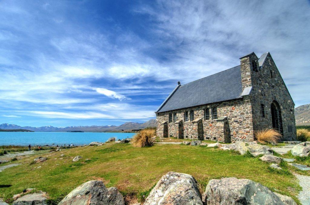 Kostel Dobrého pastýře na břehu jezera Tekapo.