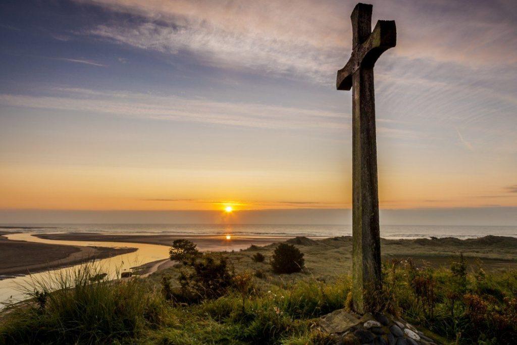 Východ slunce nad pobřežím Northumberland.