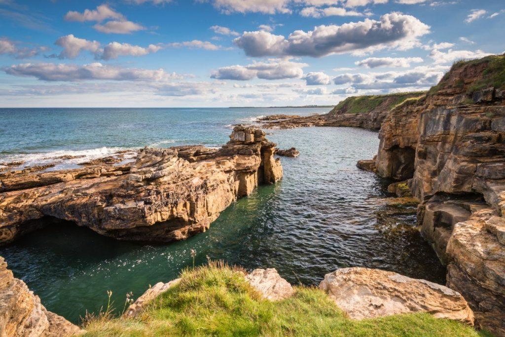 Northumberlandské pobřeží ukrývá opuštěné pláže i tajemné jeskyně.