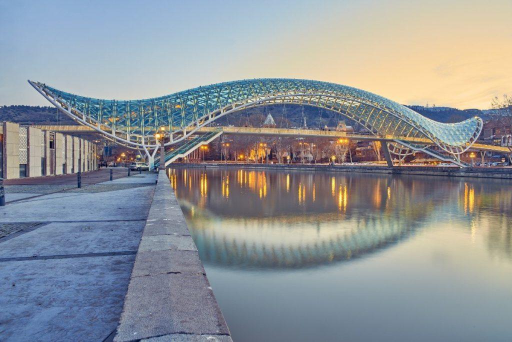 Most míru v Tbilisi přes řeku Kura