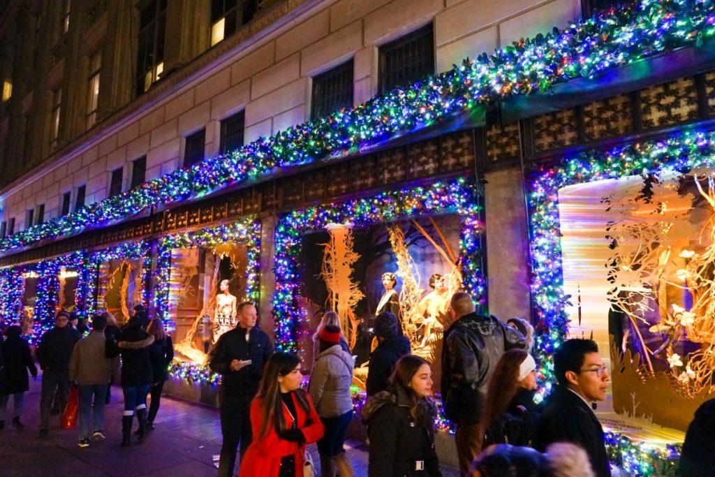 Newyorští obchodníci se předhánějí ve výzdobě svých vánočních výloh.