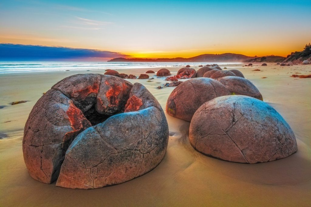 Západ slunce na nádherné pláži Koekohe Beach na Jižním ostrově.