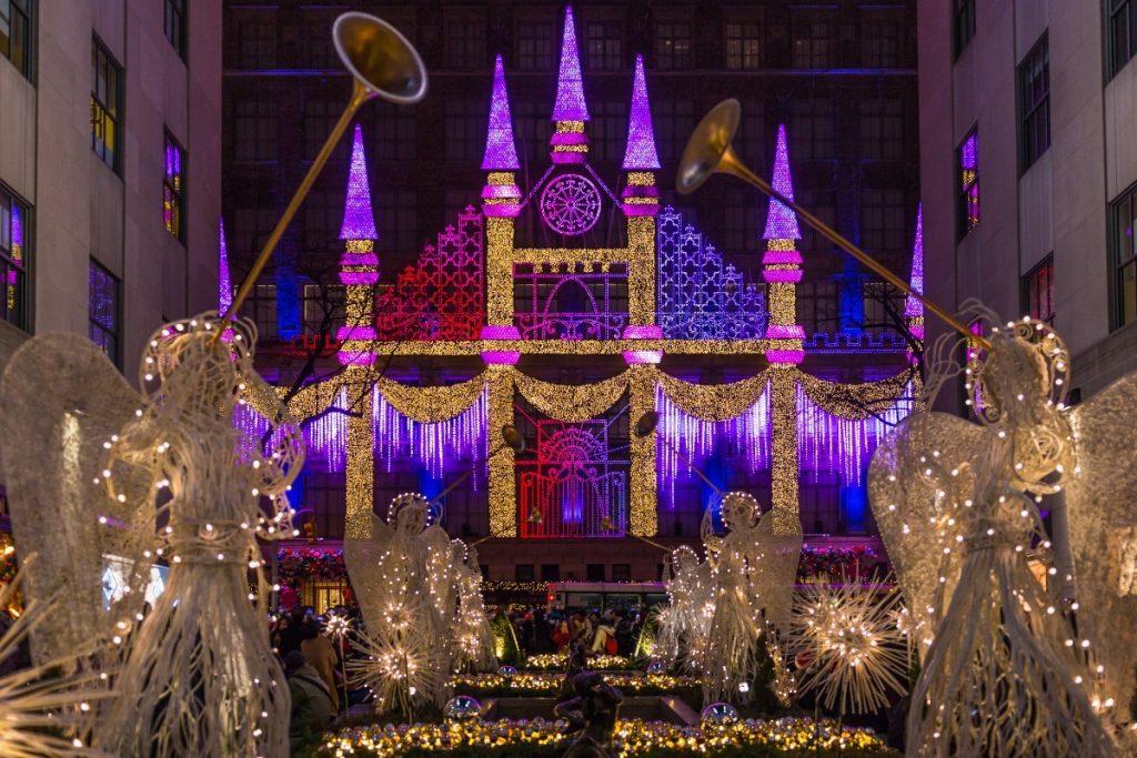 Vyhledávaný obchod Saks z 5. Avenue se svou typickou vánoční výzdobou.