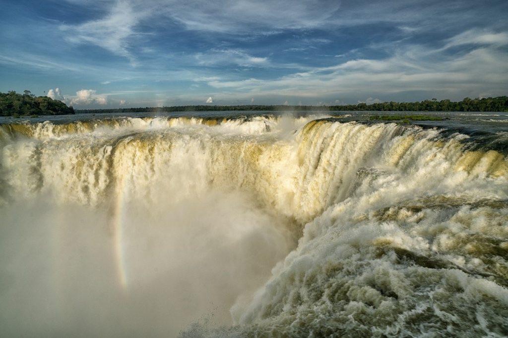 Největší vodopád Ďáblův chřtán. Vodopády Iguaçu leží na stejnojmenné řece, na hranici mezi Brazílií a Argentinou.