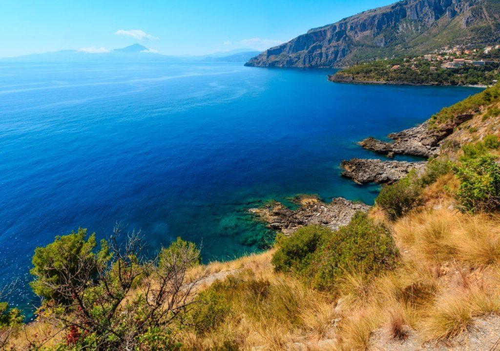 Pobřeží Tyrhénského moře v italské Kalábrii.