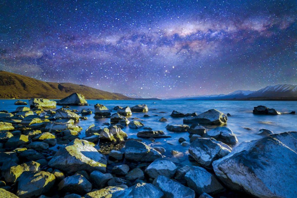 Mléčná dráha nad jezerem Tekapo za jasné noci.