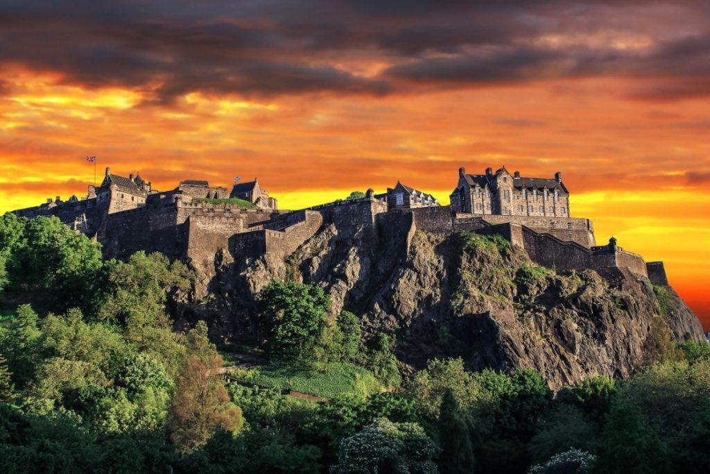 Dramatický západ slunce nad Edinburským hradem.