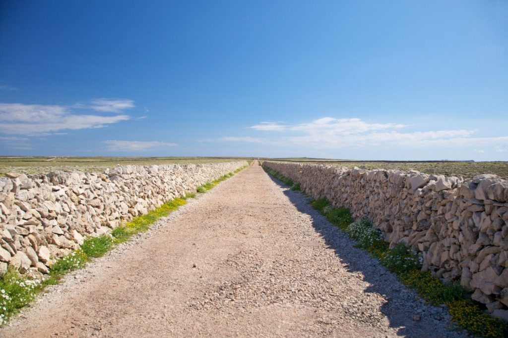 Cesta od majáku Punta Nati do Ciutadelly na Menorce.