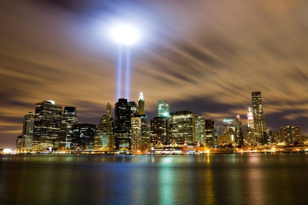 Světla památníku 9/11 Memorial v New Yorku.