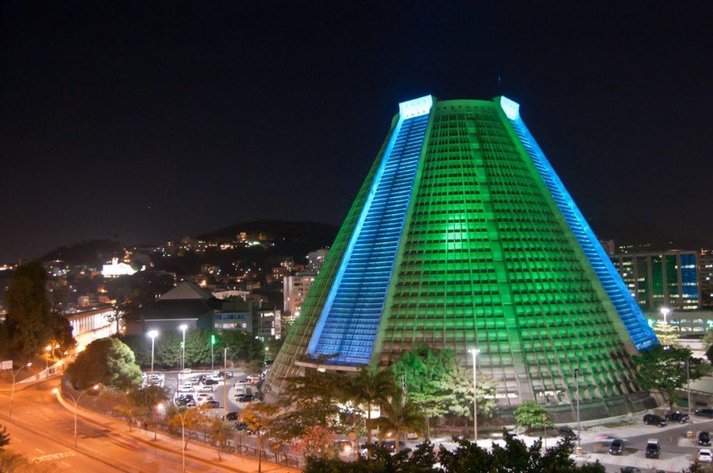 Metropolitní katedrála v Rio de Janeiru bývá v noci nasvícena mnoha působivými barvami.