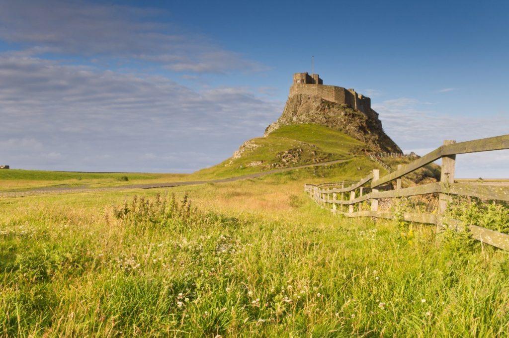 Hrad Lindisfarne stojí nedaleko kláštera, který byl vypleněn roku 793.