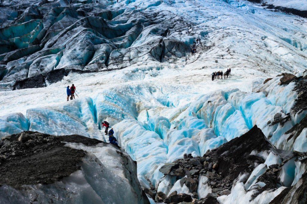 S profesionálním průvodcem je možné si vyzkoušet, jak se chodí po ledovci Franz Jozef.
