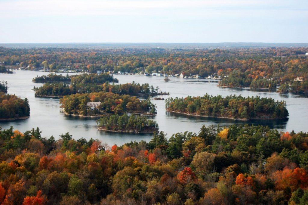 Souostroví s názvem Tisíc ostrovů čítá na 1864 větších či menších ostrůvků.