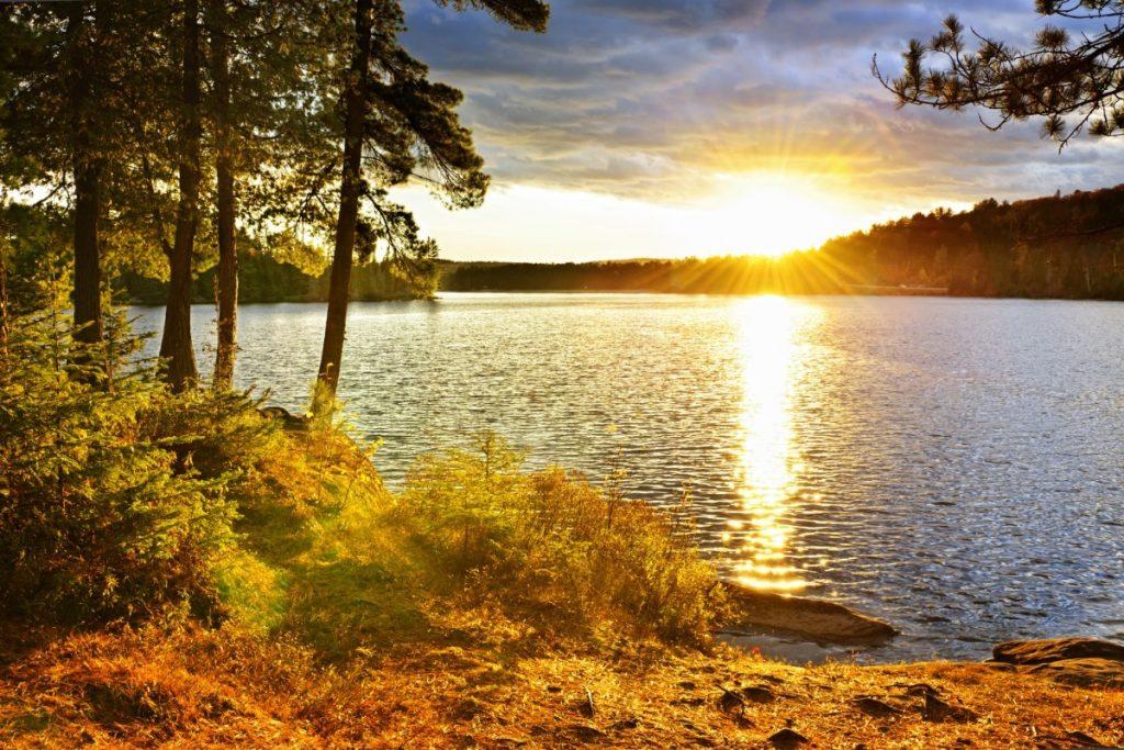 Západ slunce v kanadském Algonquin Parku.